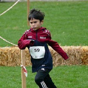 Felix beim Zeitlauf auf der Hindernisstrecke